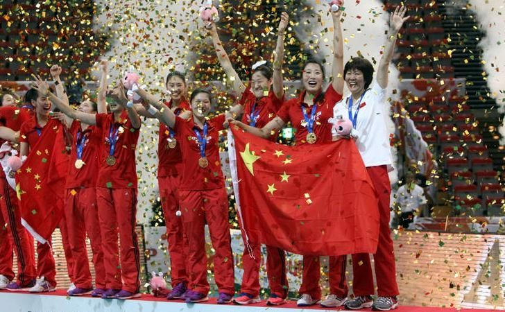 Congratulation:Team China player lifted the FIVB Women's Volleyball World Cup trophy